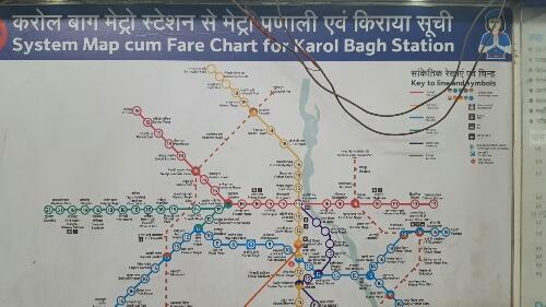 Per metrostation de ritprijs in roepies vanaf mijn startstation, Karol Bagh.